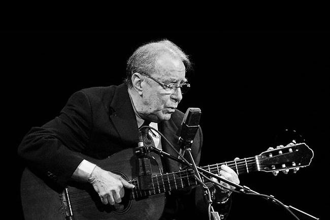 João Gilberto tocando violão